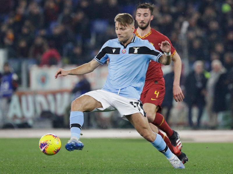 Lazios Ciro Immobile (l) freut sich auf das Duell mit dem FCBayern München.