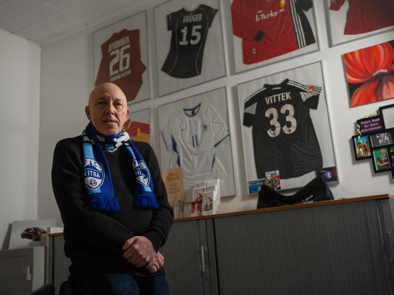 Gilt als Kenner des slowakischen Fußballs: Der mittelfränkische Unternehmer Peter Hammer trägt einen Schal des FC Nitra.