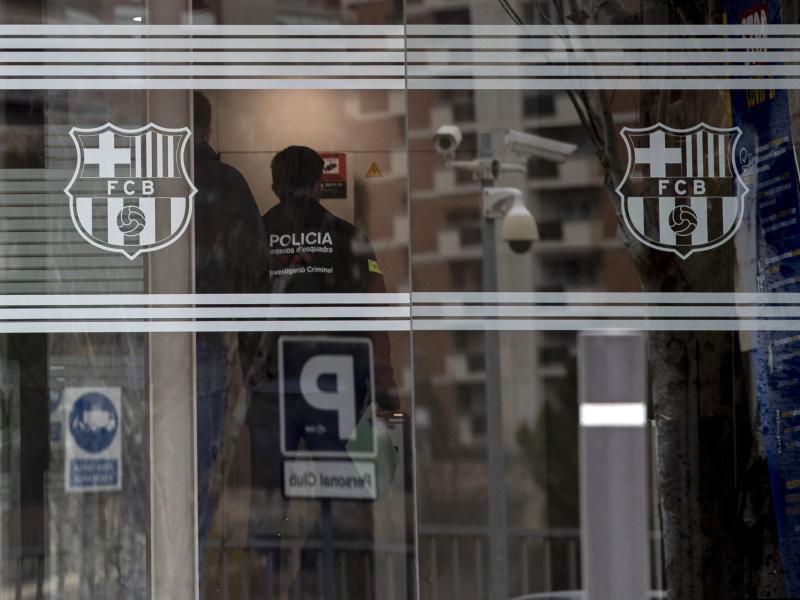 Die katalanische Polizei betritt die Büros des FC Barcelona.