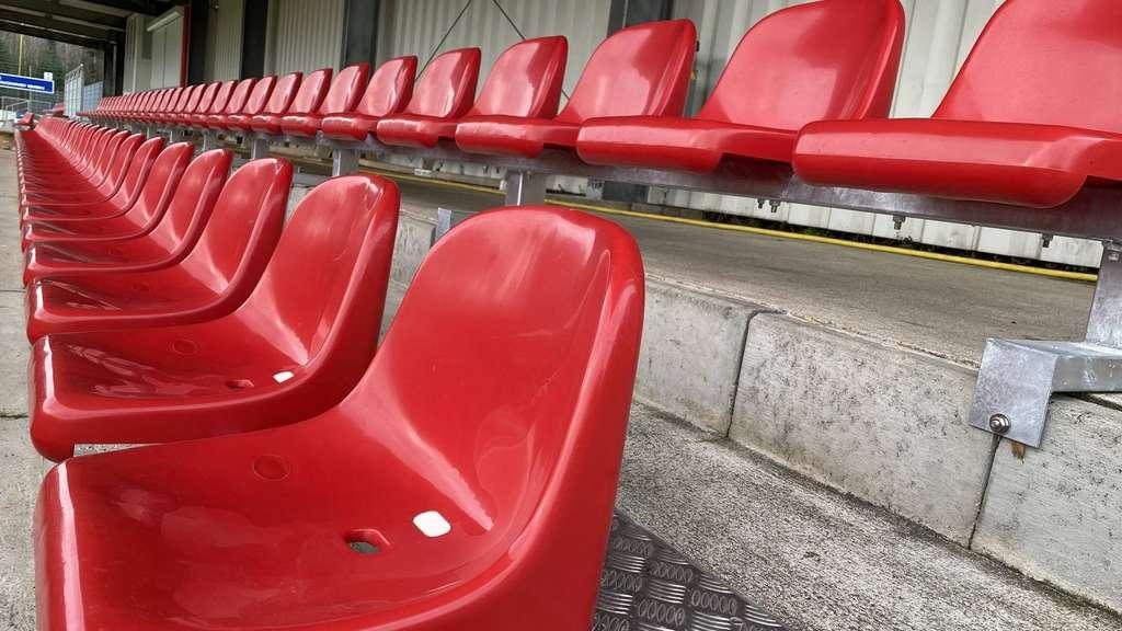 Leere Tribüne im Ahe-Stadion.