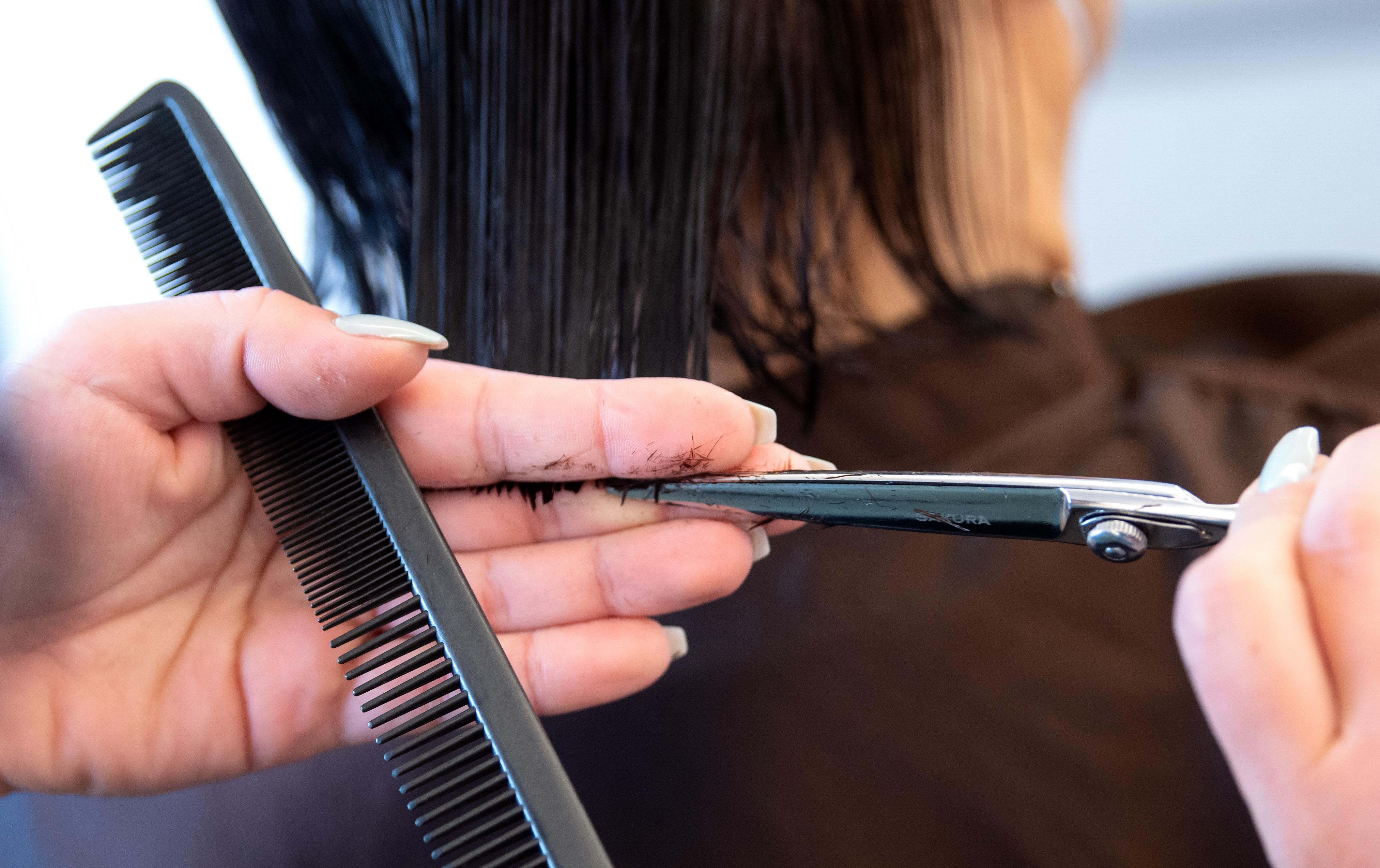Viele Deutsche haben sich nach der Wiederöffnung der Friseursalons einen neuen Haarschnitt verpassen lassen (Symbolbild).