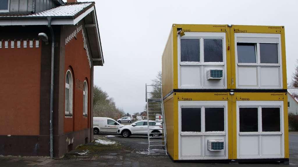 Vier gelbe Container sind auf dem Visselhöveder Bahnhofsplatz