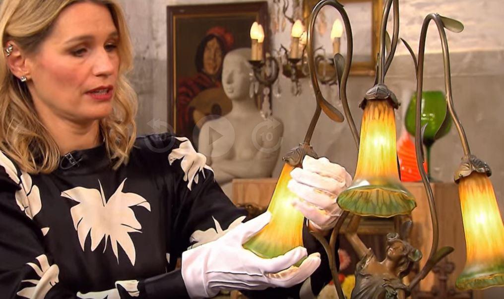 """Expertin Bianca Berding untersuchte bei """"Bares für Rares"""" die mitgebrachte Lampe."""