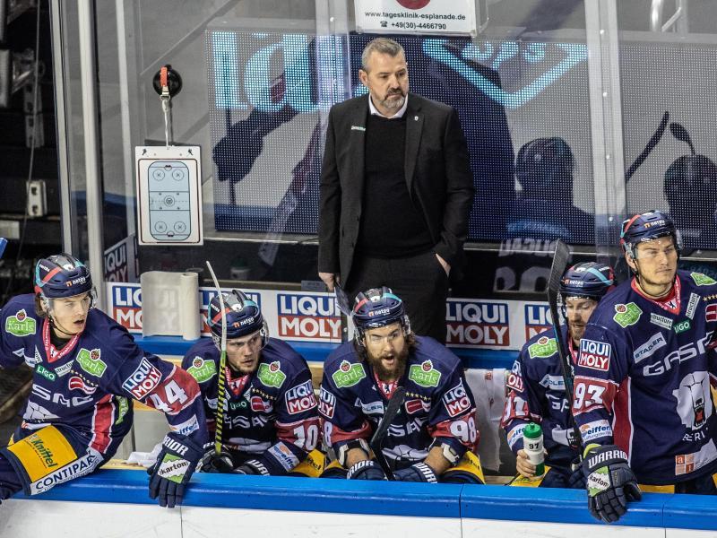 Trainer Serge Aubin ist mit den Eisbären Berlin gegen die Grizzlys Wolfsburg im zweiten Spiel gefordert.