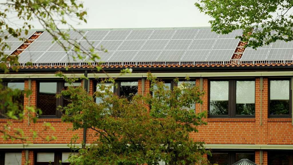 Die Fotovoltaik-Zellen auf dem Rathausdach erzeugen im Jahr mehr als 60 000 Kilowattstunden Strom.