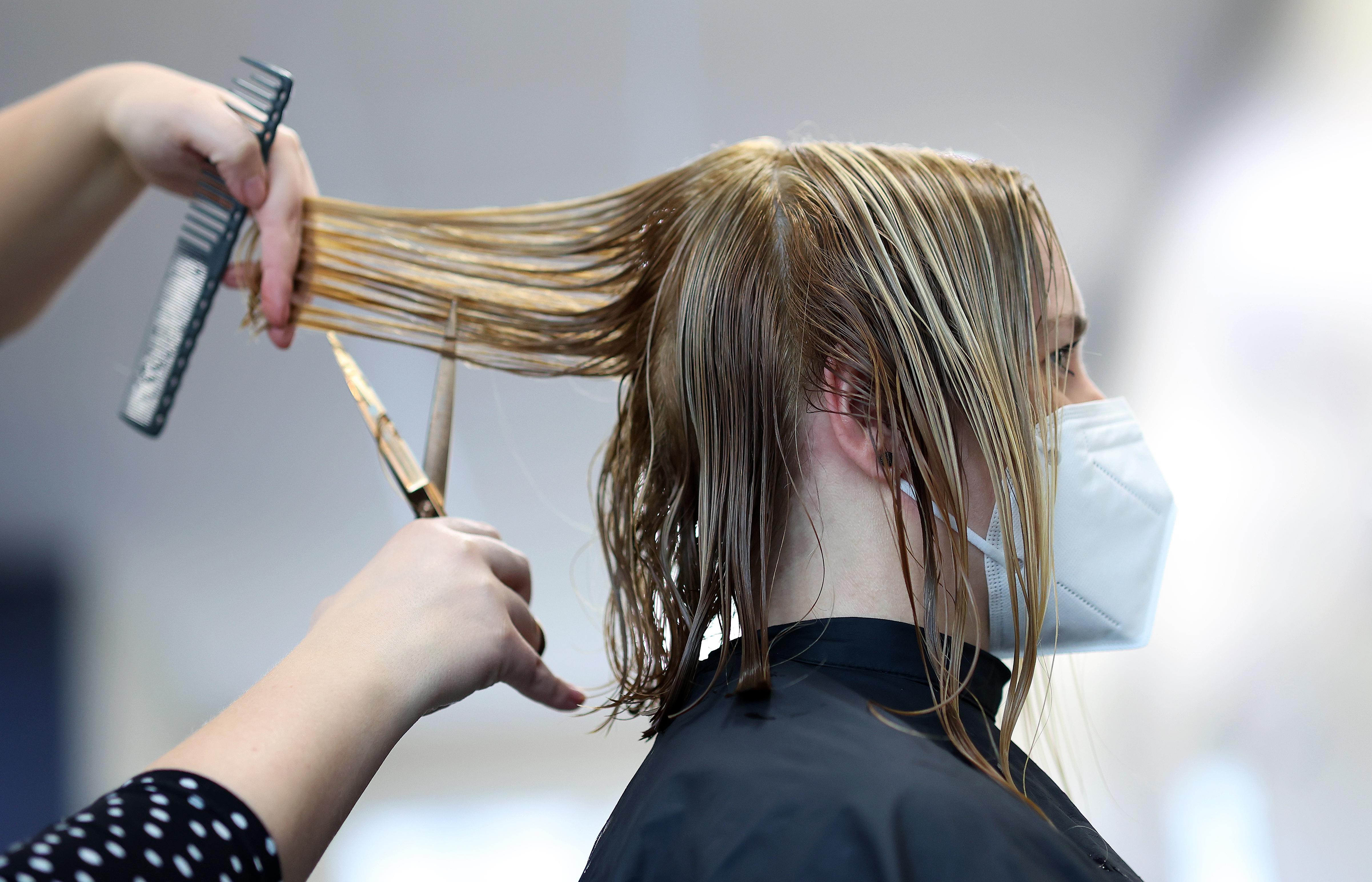 Innerhalb eines Jahres sind auch beim Friseur die Preise spürbar gestiegen.