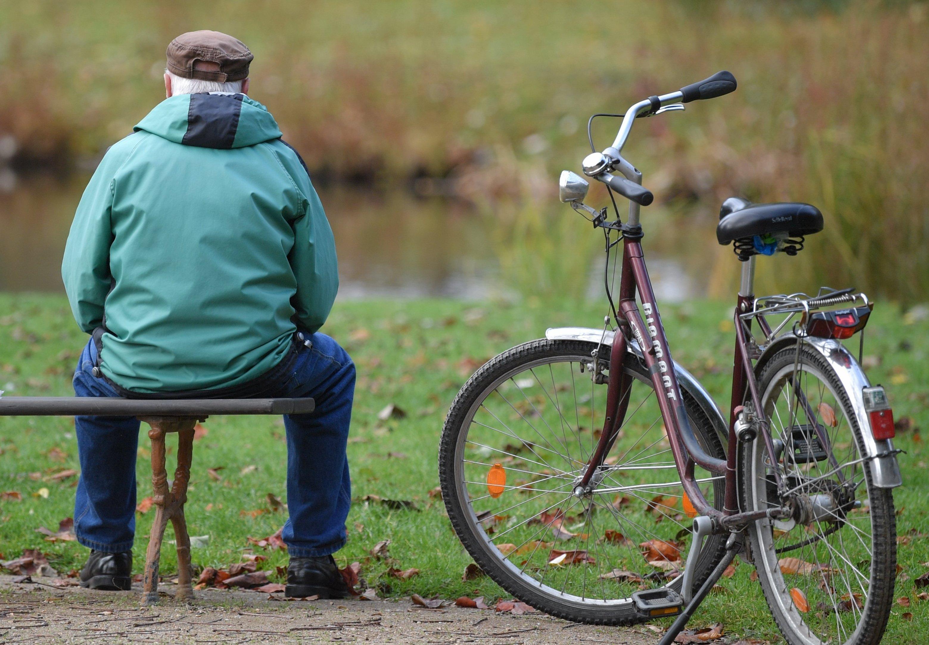 Nach jahrelangen Rentensteigerungen fällt die sonst im Sommer übliche Erhöhung der Altersbezüge in diesem Jahr im Westen Deutschlands aus.