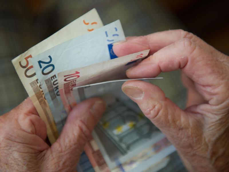 Ende 2020 waren mehr als 564.000 Menschen in Deutschland auf die staatlicheGrundsicherungangewiesen - der höchste Wert zum Jahresende seit der Einführung der Leistung 2003.