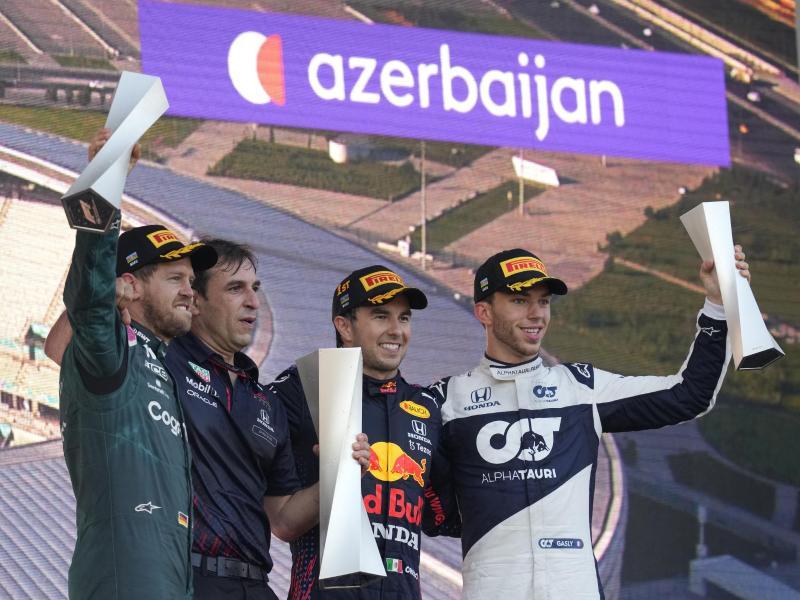 SebastianVettel (l-r) vom Team Aston Martin, Pierre Waché, technischer Direktor von Red Bull Racing, Sieger Sergio Perez von Red Bull und Pierre Gasly vom Team Alpha Tauri.