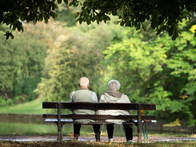 Viele Rentner bekommen nun die Folgen der Corona-Krise finanziell zu spüren: Die sonst im Sommer übliche Erhöhung der Altersbezüge fällt 2021 im Westen Deutschlands aus.