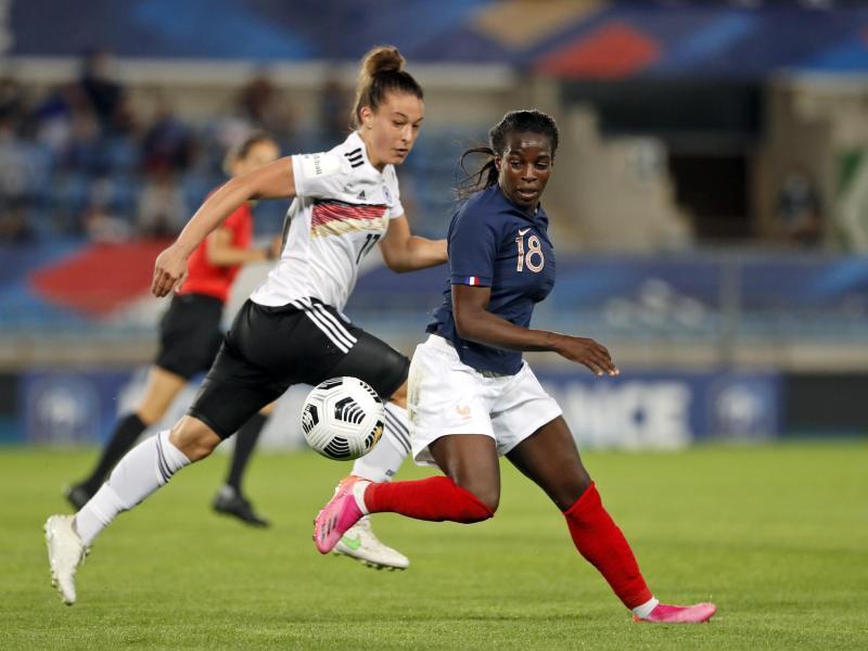Felicitas Rauch (l) musste sich mit den DFB-Frauen Frankreich knapp geschlagen geben.