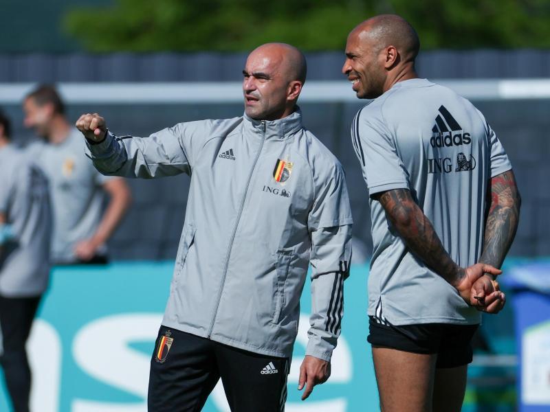 Hat enorm begnadetes Personal zur Verfügung: Belgiens Trainer Roberto Martinez (M) im Gespräch mit Assistenzcoach Thierry Henry.