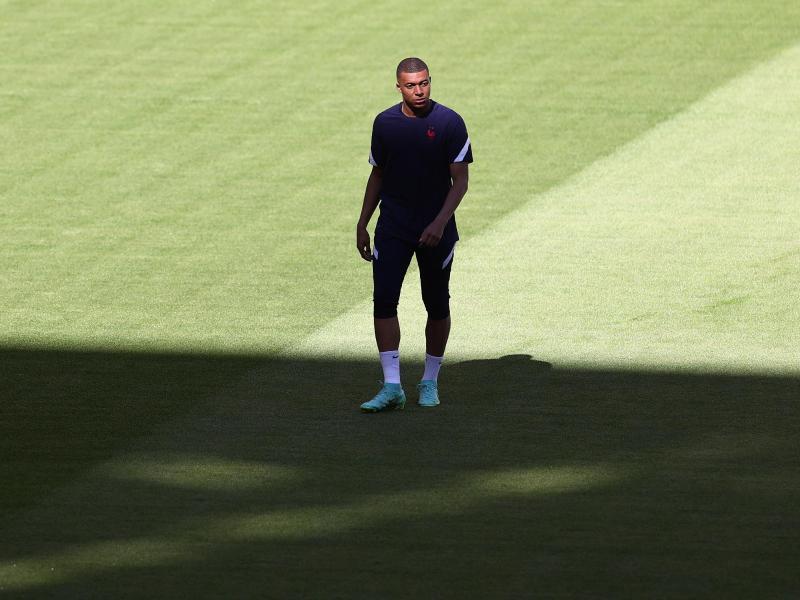Kylian Mbappé steht beim Abschlusstraining Frankreichs auf dem Platz.