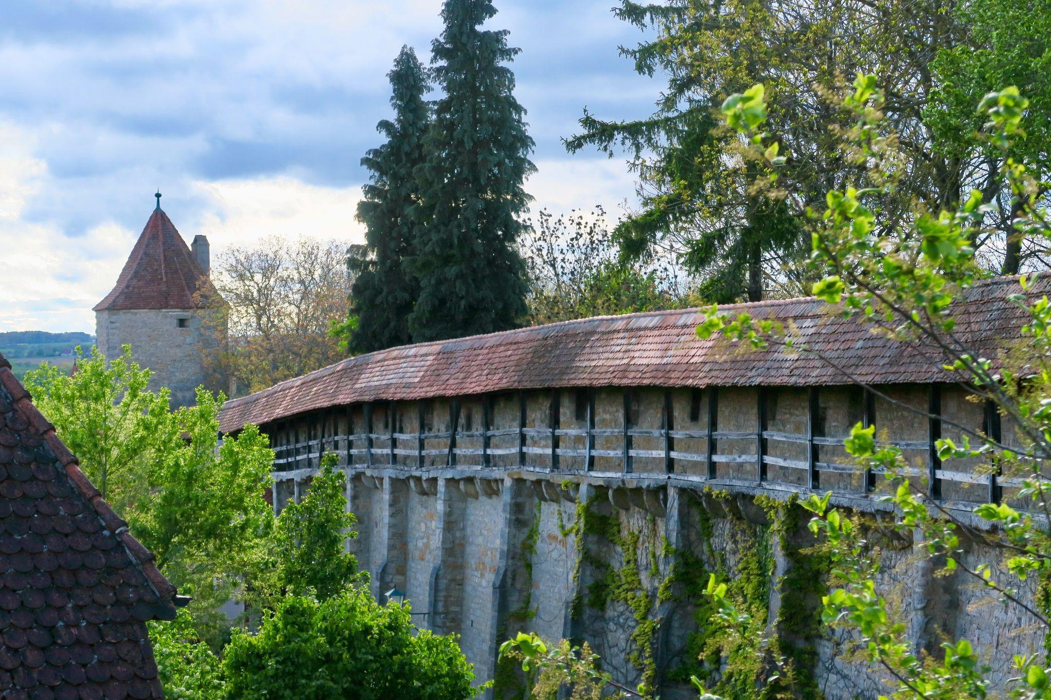 Die Stadtmauer Rothenburgs sieht aus wie imMittelalter.