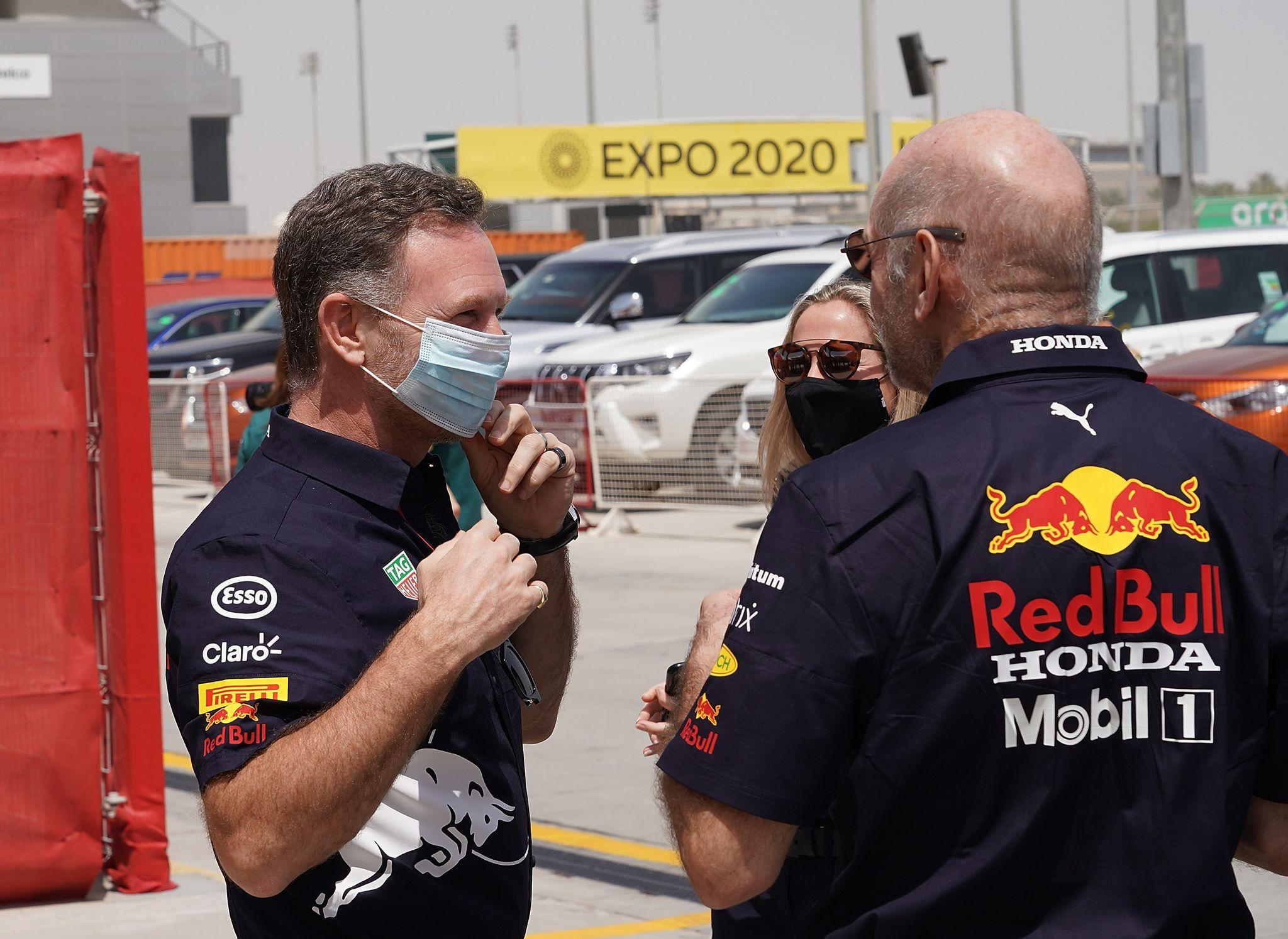 """Red-Bull-Teamchef Christian Horner (l) zeigte sich ein """"bisschen überrascht"""" von einem Statement von Mercedes."""