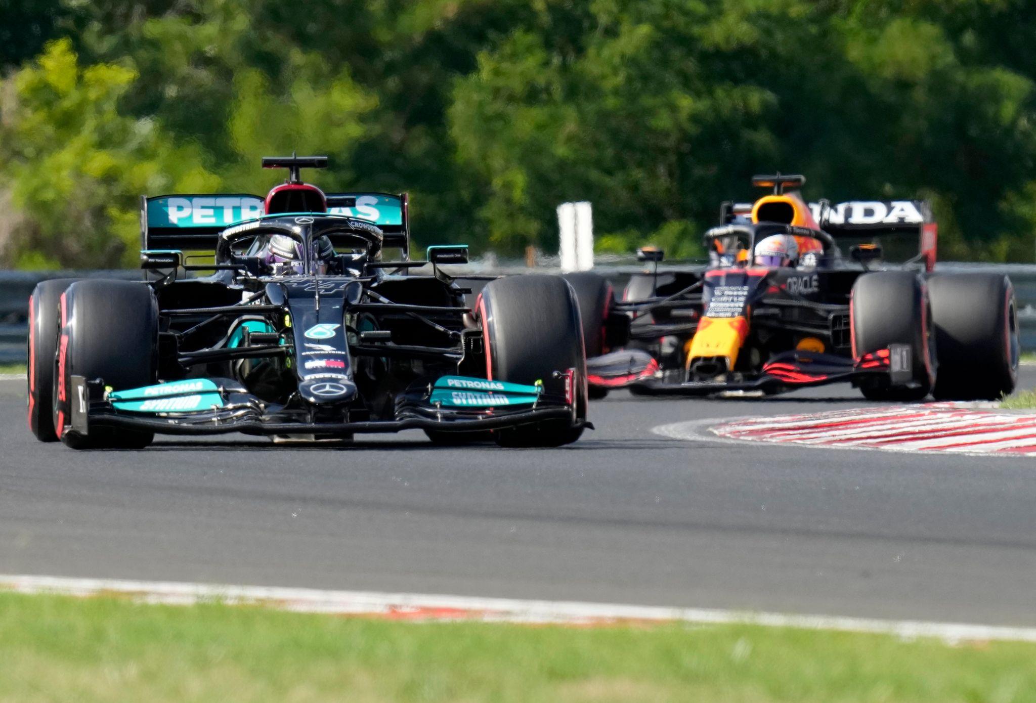 Lewis Hamilton (l) hat sich in Ungarn die 101. Pole seiner Karriere geholt.
