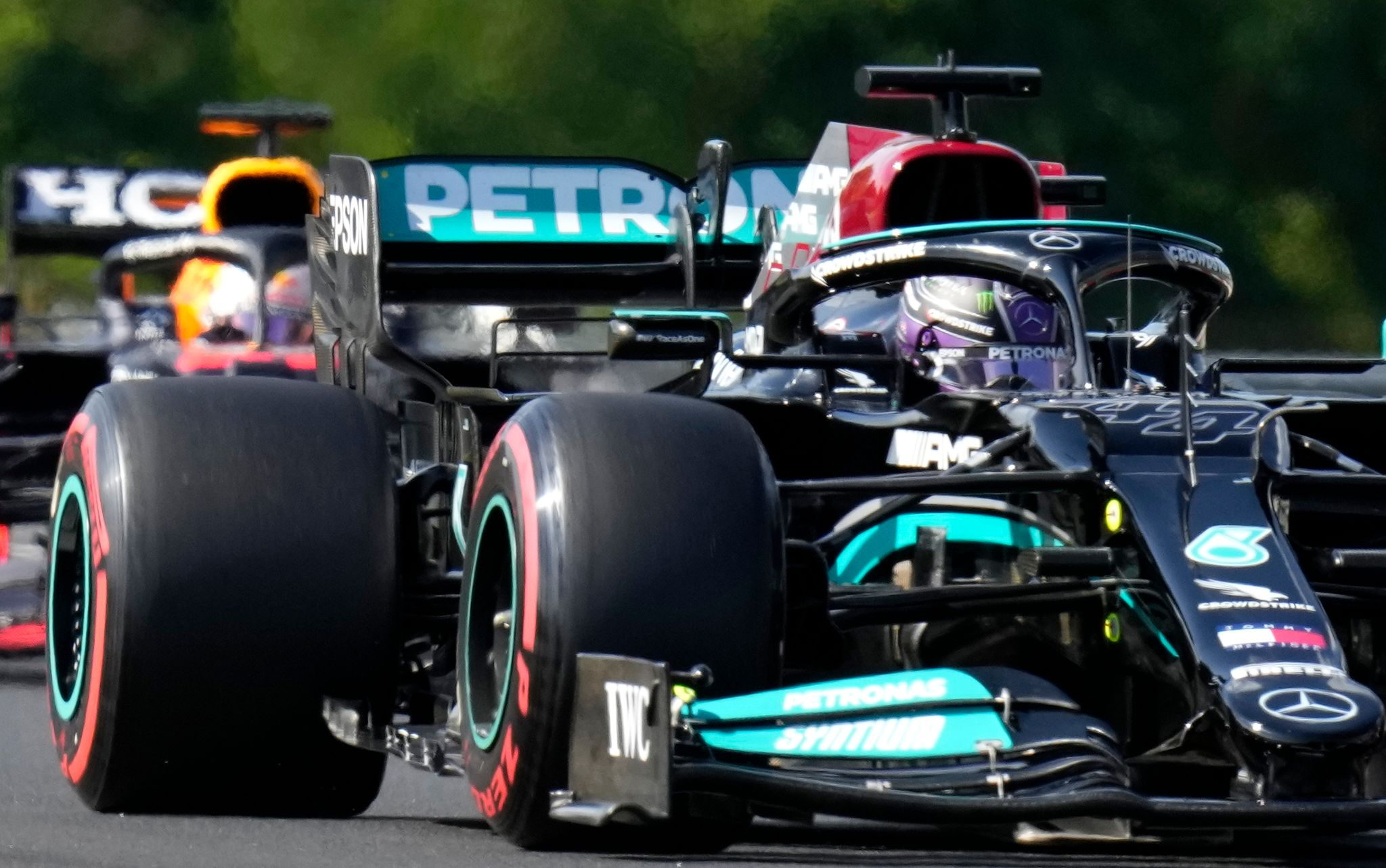 Lewis Hamilton (vorne) startet in Ungarn von der Pole, Max Verstappen von Platz drei.