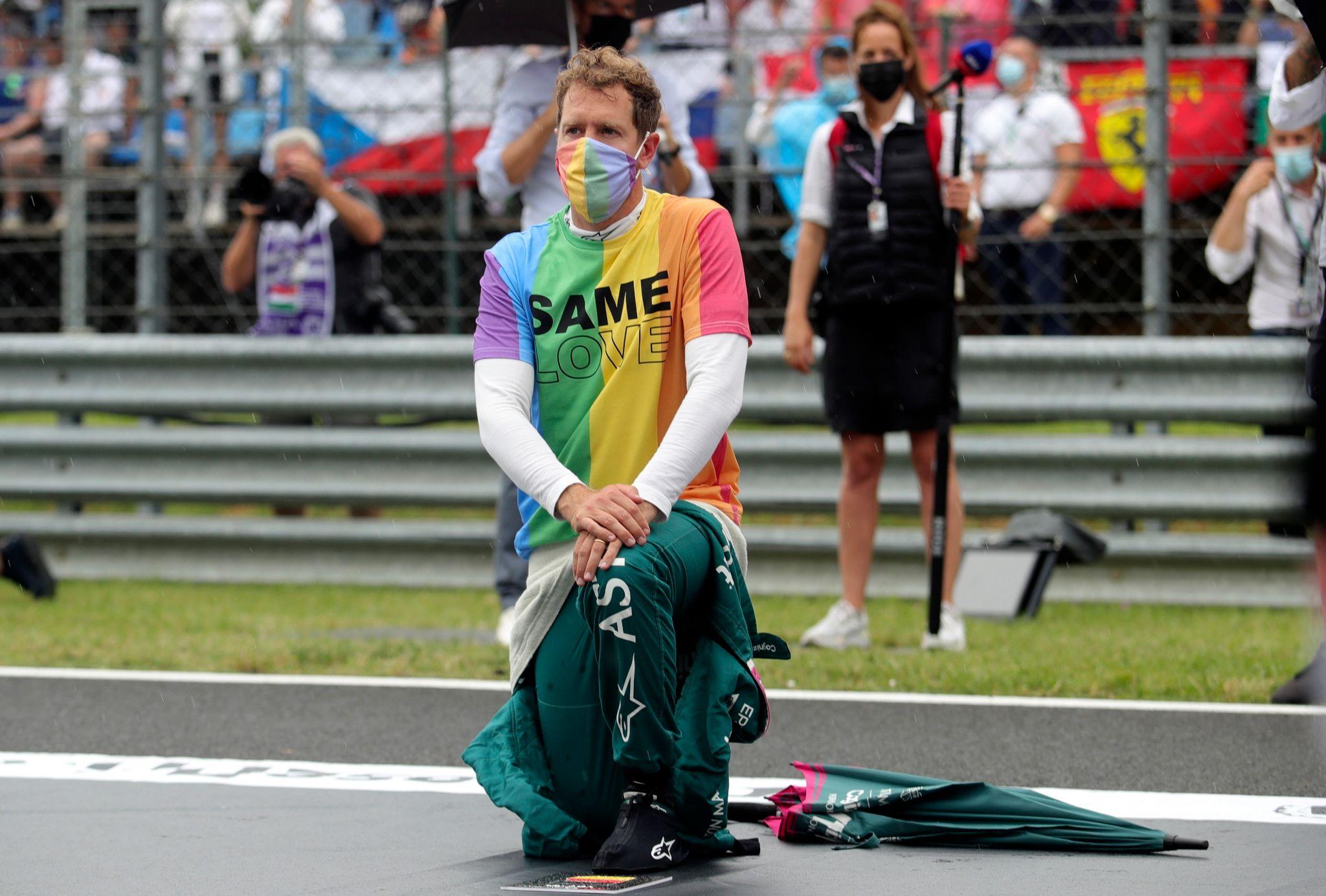 """Sebastian Vettel trug vor dem Rennen beim Abspielen von Ungarns Hymne ein Shirt in Regenbogenfarben mit dem Text """"Same Love""""."""