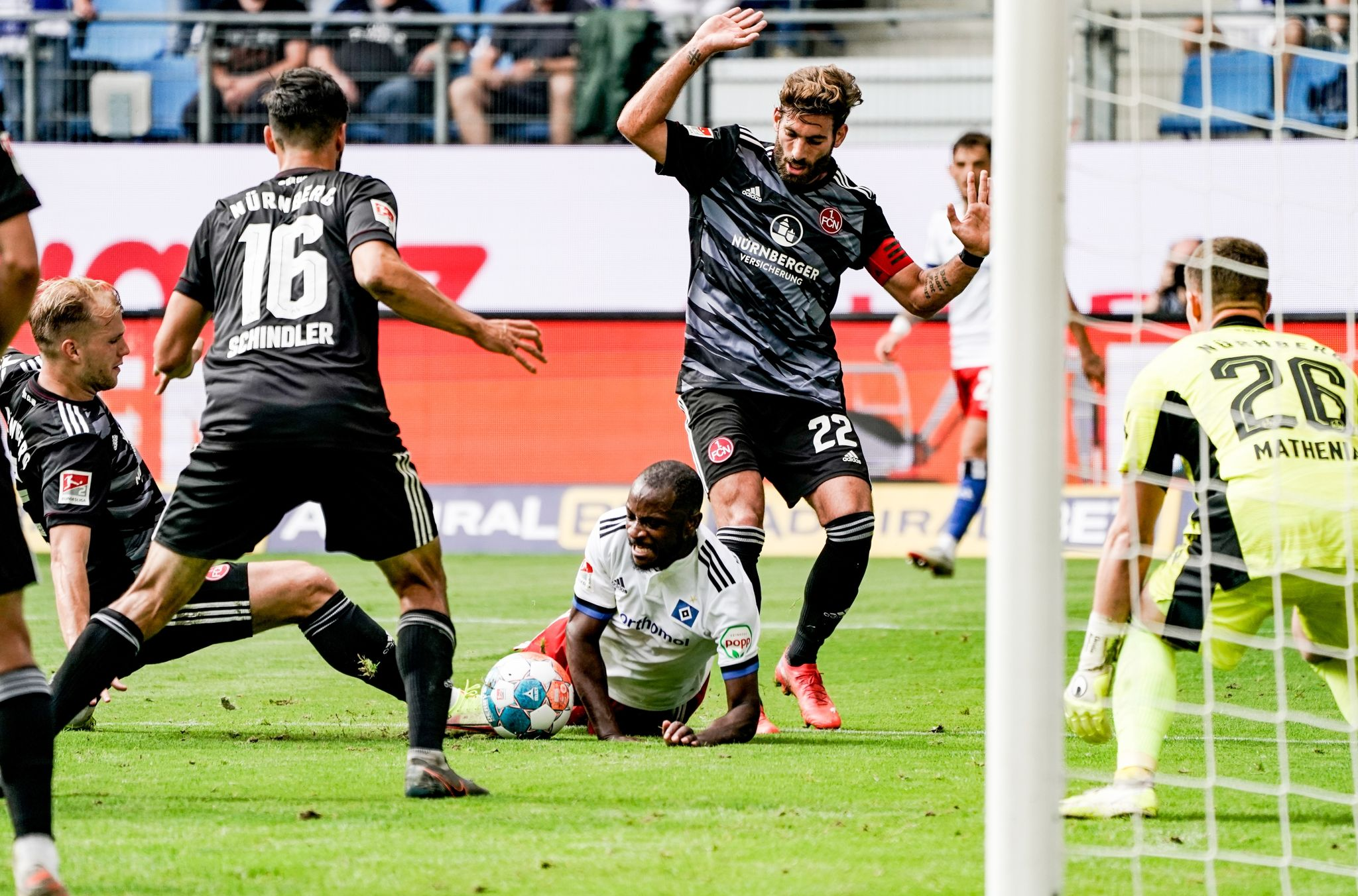 Der Hamburger SV um David Kinsombi (M.) kam gegen den 1. FC Nürnberg zu Hause nur zu einem Unentschieden.