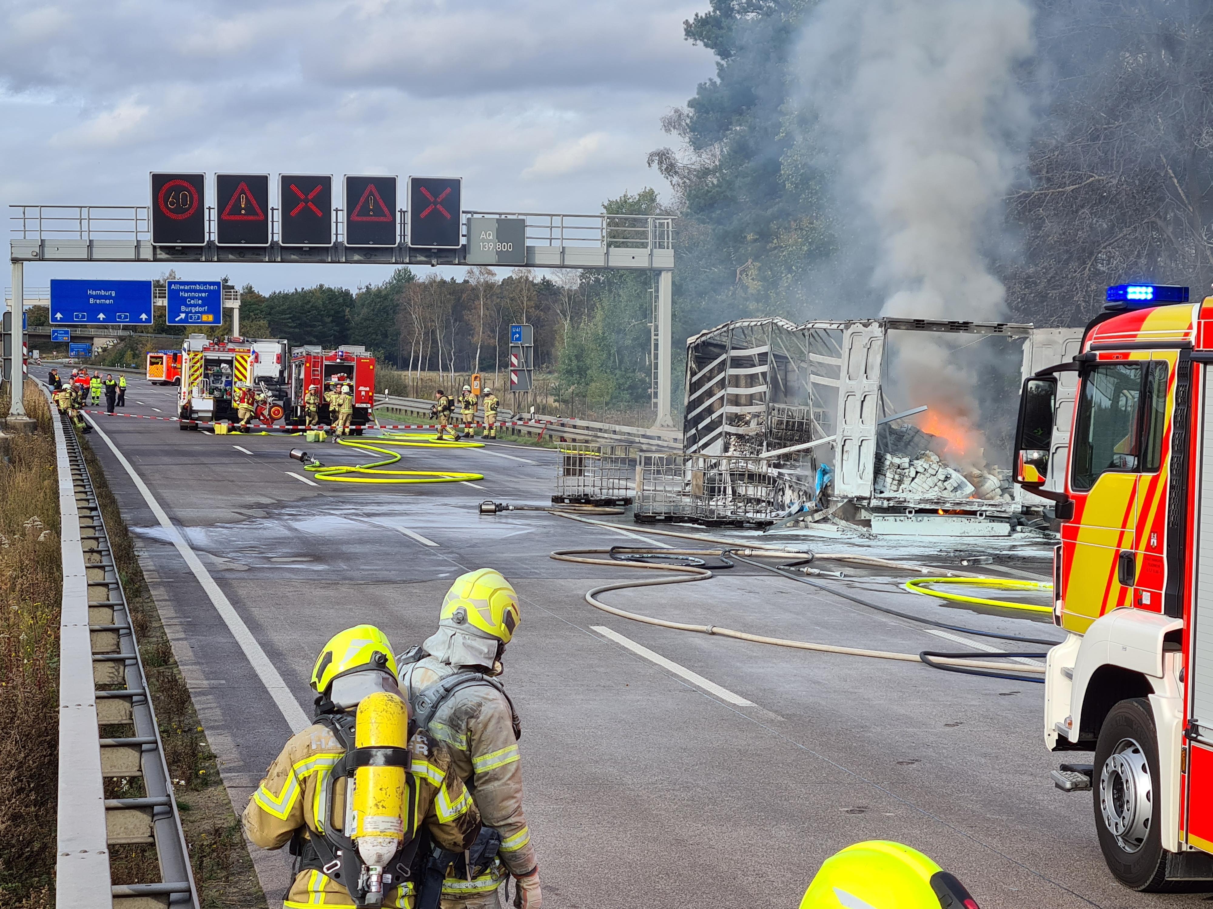 Stau-Chaos: A7 Richtung Norden nach LKW-Unfall wieder einspurig befahrbar